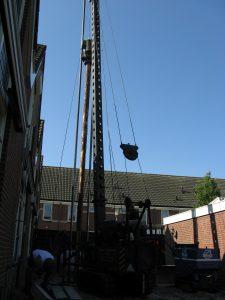 Onderheien, bestrating, plaatsen schuttingen en overkapping voor containers in 2 achtertuinen te Boskoop.