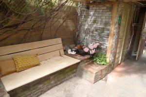 Het onderhouden en deels renoveren van de tuin in Scheveningen, alsmede eikenhouten banken gemaakt.