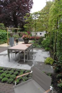 Maandelijks tuin- en vijveronderhoud uitvoeren in een stadstuin te Den Haag.